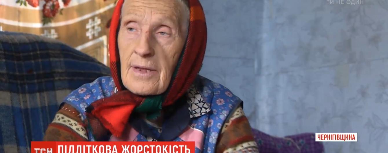 Снесли дверь и руганью выгнали на улицу: в Ичне подростки жестоко издевались над 82-летней женщиной
