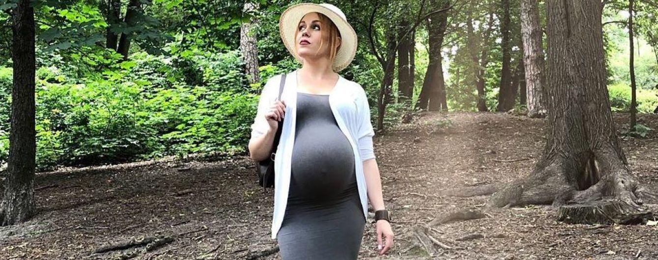 В обтягивающем платье и шляпе: беременная Alyosha сходила на прогулку в лес