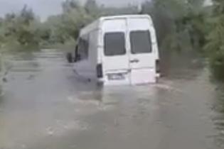 Хотел стать амфибией: на затопленной Буковине водитель очень неудачно опробовал свой микроавтобус