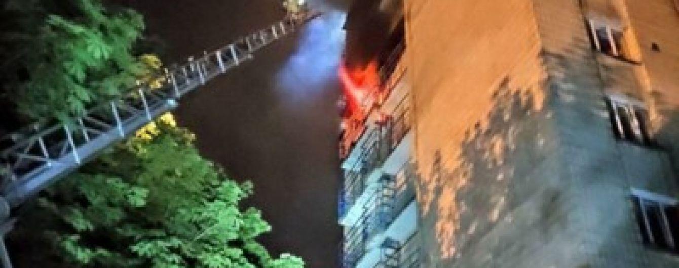 В Киеве горело студенческое общежитие: пожарным пришлось в дыму разыскивать девушку
