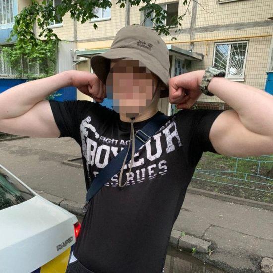 Кидався з ножем на людей: у Києві на Оболоні 18-річний молодик завдав незнайомцю ножових поранень