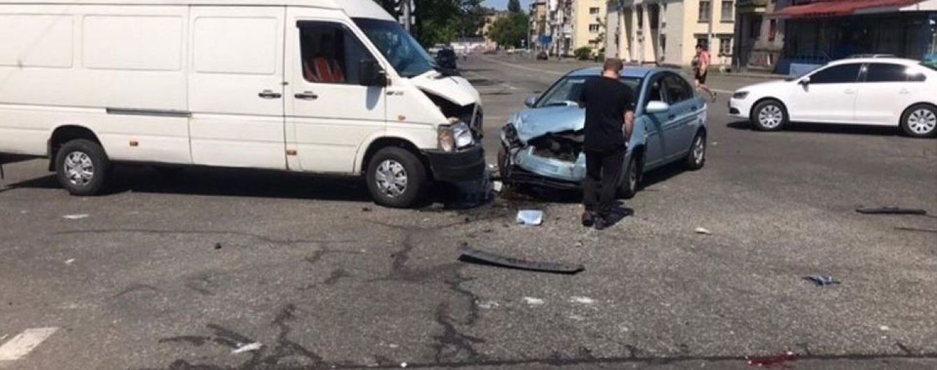 У Києві на перехресті сталася потрійна ДТП
