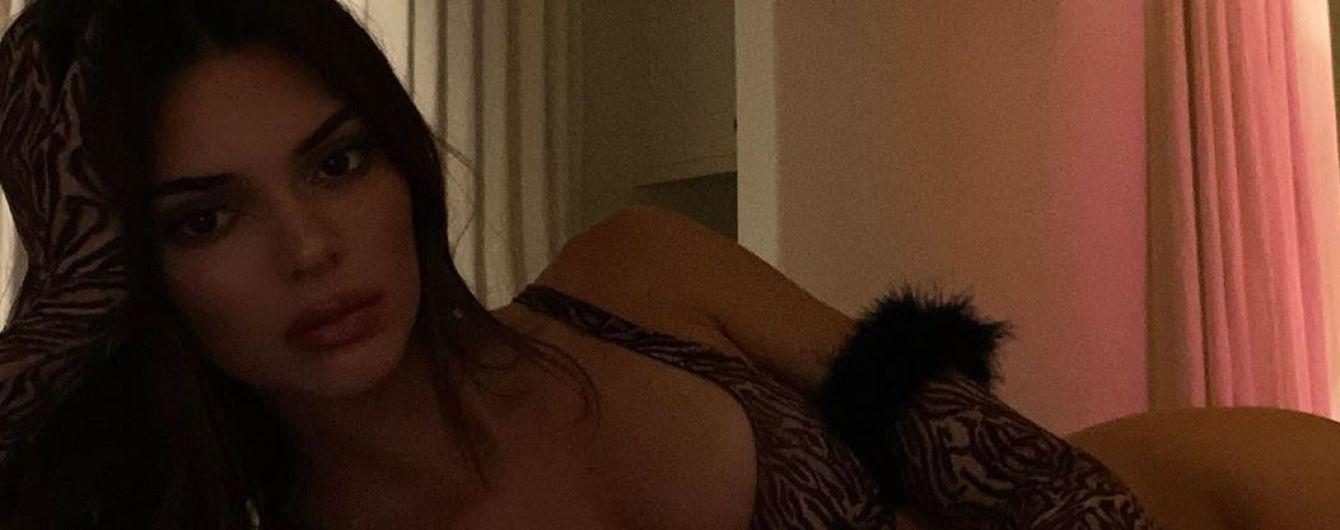 В купальнике с хищным принтом: Кендалл Дженнер игриво позировала на кровати