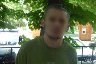 В Гидропарке рецедивист с газовым баллончиком ограбил 78-летнего мужчину