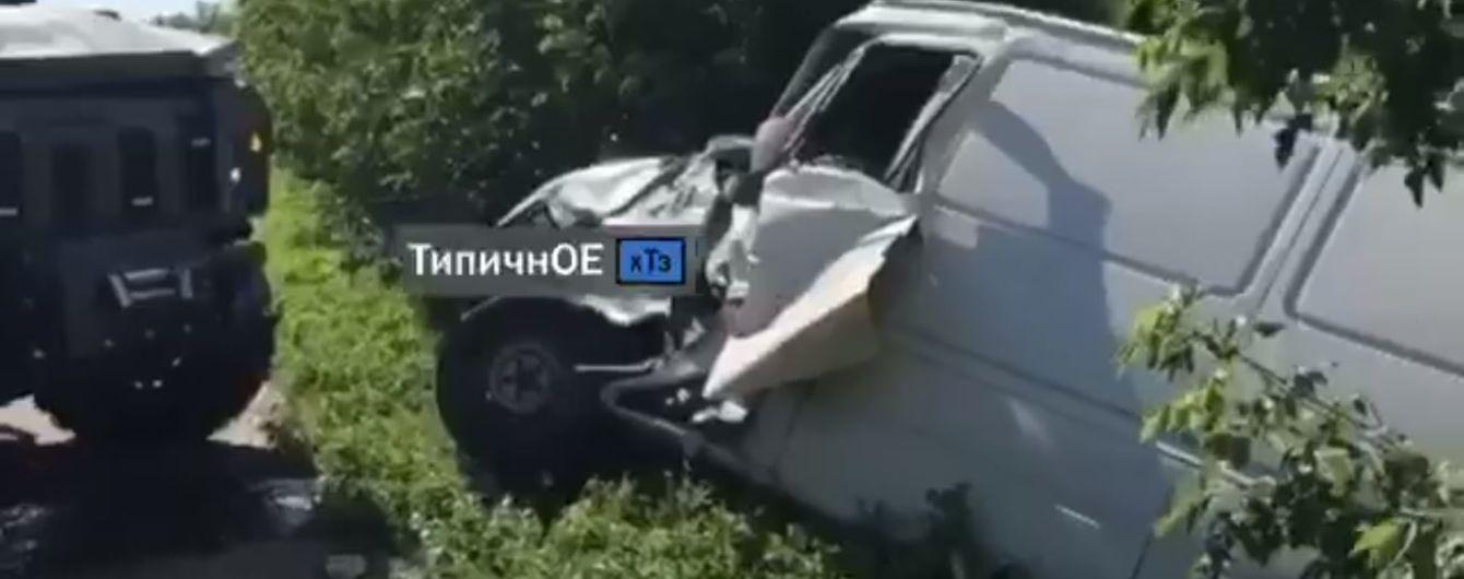 Под Харьковом столкнулись военный автомобиль и микроавтобус, который от удара отбросило в кусты