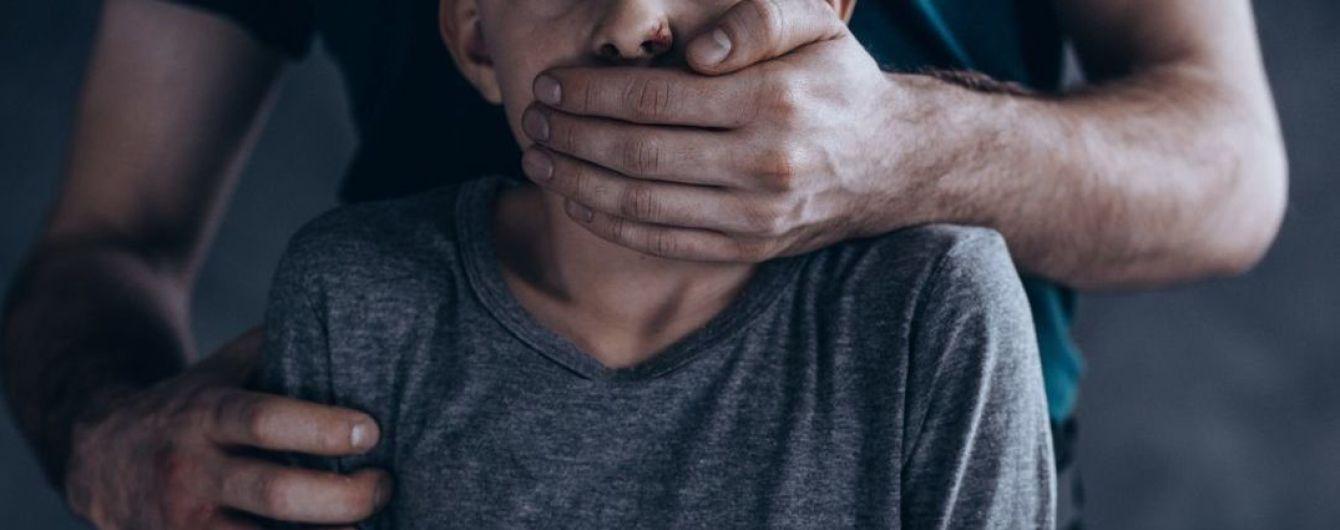 У Сумах банда підлітків місяцями знущалась з 6-річного хлопчика і звірства викладала в Мережу