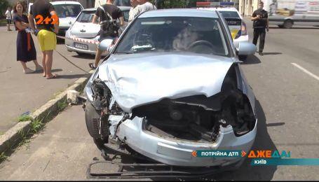 В Киеве водитель, который появился на дороге без прав, спровоцировал тройную аварию