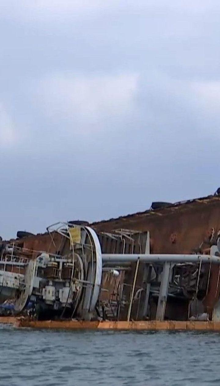 На одесских пляжах люди купаются в воде с нефтепродуктами из полузатонувшего танкера