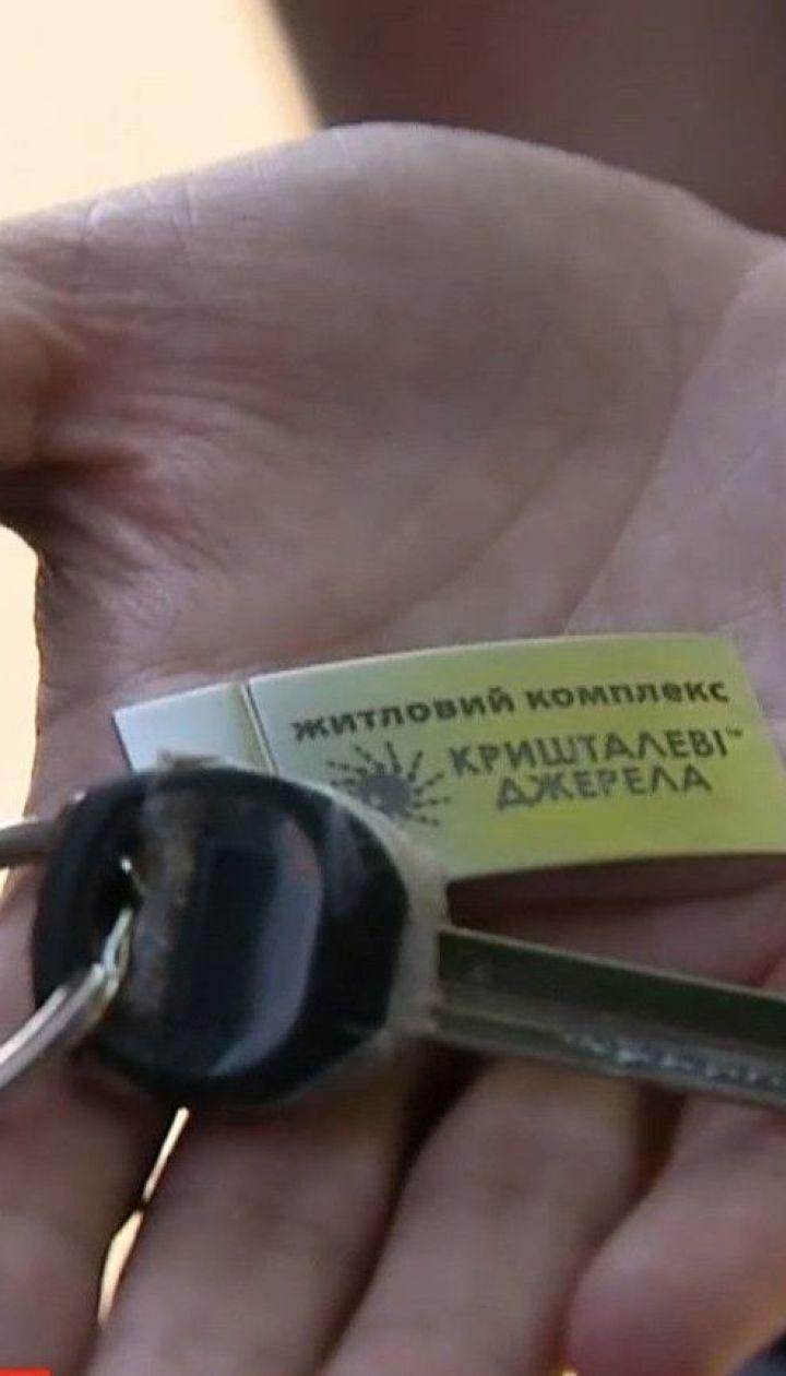 Президент передал сертификаты на жилье 12 семьям, которые жили в доме на Позняках, что взорвался