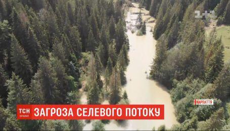 Селу Микуличин на Прикарпатті загрожує озеро на горі, що утворилося через зливи