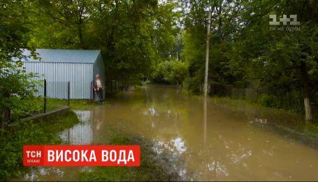 Зруйнована дамба, затоплені угіддя: повінь дібралася Тернопільської області