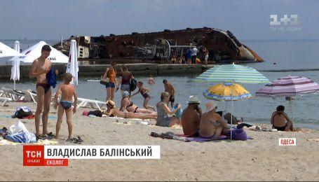 """Танкер """"Делфі"""" лишається в морі і забруднює воду біля одеського пляжу"""