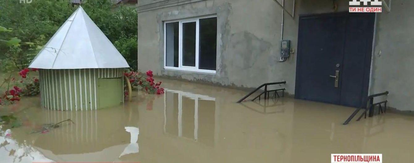 Повінь у Тернопільській області: у селі Коропець люди ночували в школі та церкві