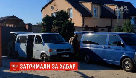 Спіймали на хабарі: детективи НАБУ затримали двох високопосадовців