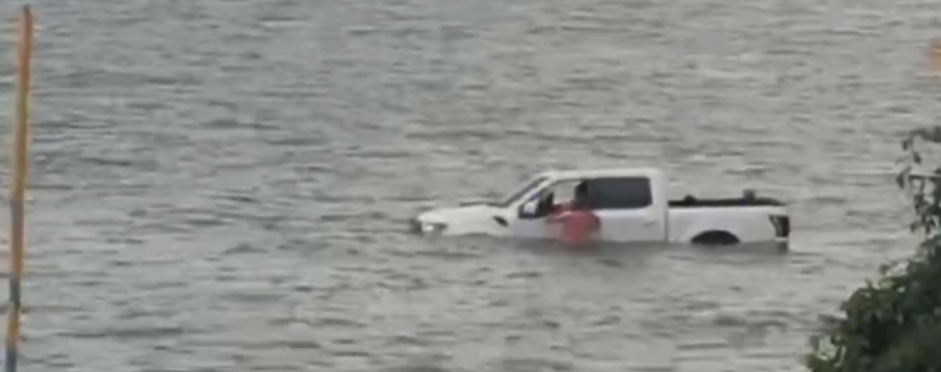 У США чоловік втопив два позашляховики, намагаючись дістати дорогий човен, який тонув: відео
