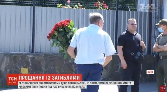 Закрита церемонія і букети червоних троянд: як у Києві прощалися із жертвами обвалу будинку на Позняках