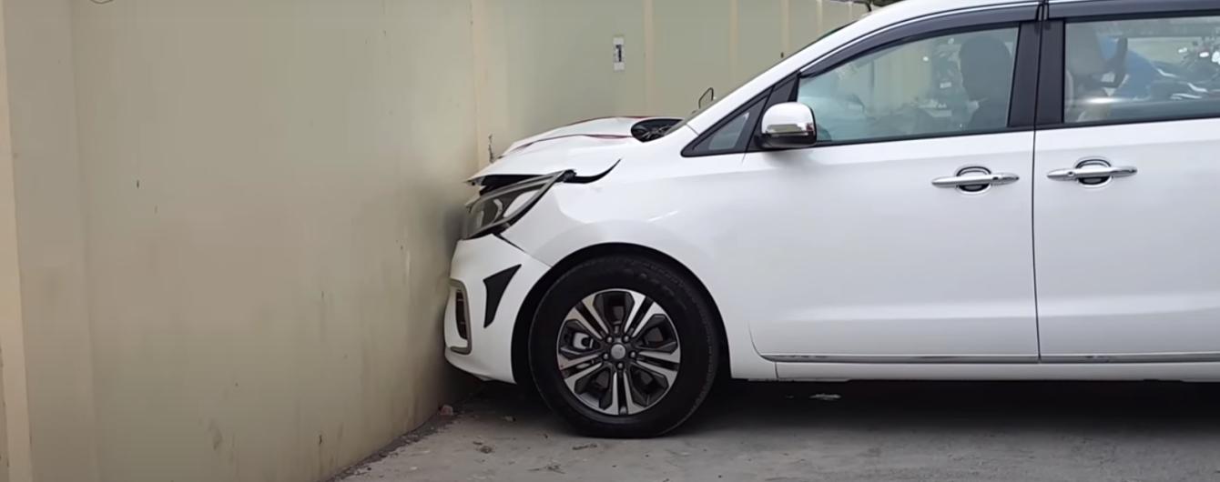 В Індії водій розбив новий KIA одразу після виїзду з автосалону: відео