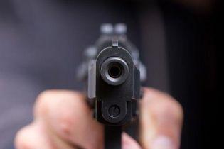 В центре Херсона мужчина подстрелил 17-летнего парня: стрелок уверяет, что целился в трубу