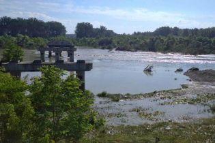 8-метровый поток воды на Буковине отнес аварийный мост