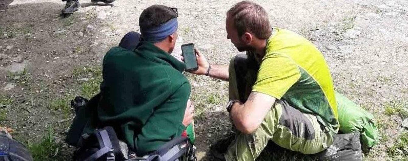 В разгар непогоды спасателям пришлось снимать с горы в Закарпатье травмированного туриста