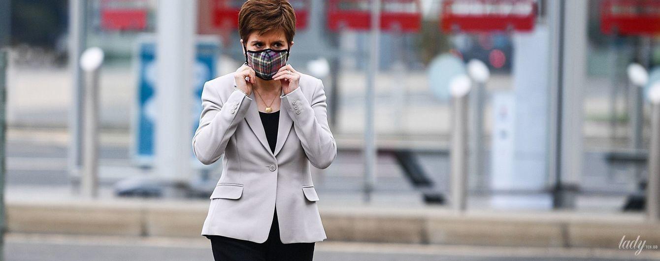 В нюдовых лодочках и маске из тартана: первый министр Шотландии Никола Стерджен сходила в магазин