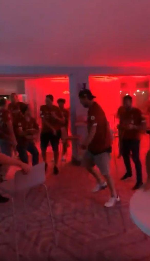 клопп танцює