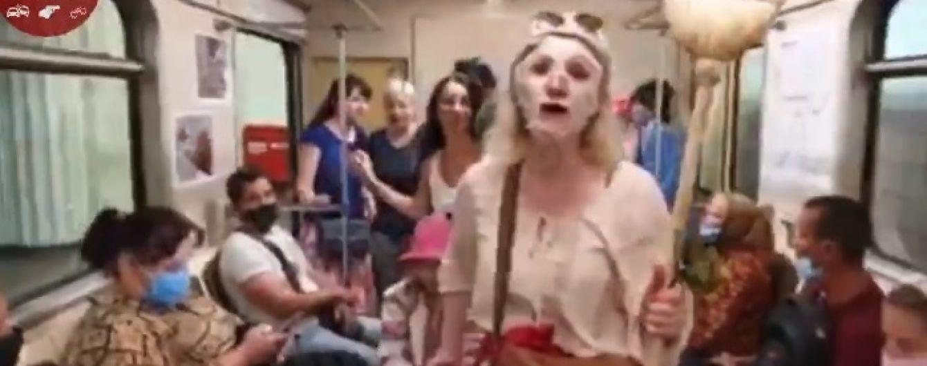 """""""Коронавірусу не існує!"""": до пасажирів метро в Києві чіпляються дивакуваті жінки з мітлами"""