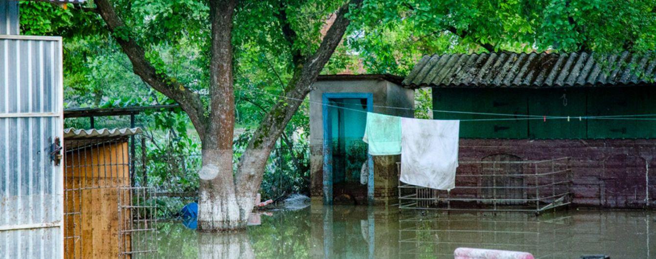 """""""Дитина трималась за вікно"""": жителька Буковини розповіла, як рятувалась від повені"""