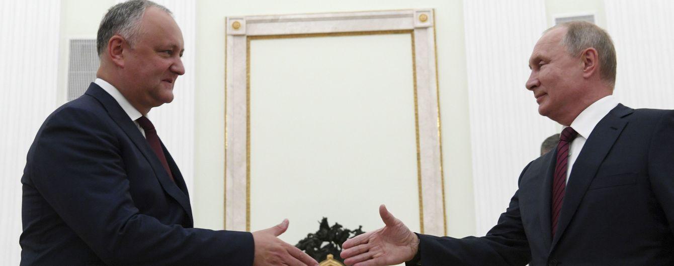 Президент Молдовы пошел на самоизоляцию после того, как съездил в Москву на парад к Путину