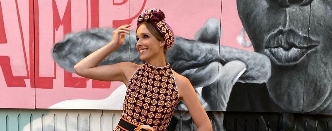 У комбінезоні з геометризованим квітковим принтом і в чалмі: Катя Осадча на кубинській вечірці