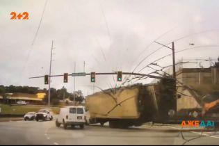 В Атланті вантажівка втратила гальма перед жвавим перехрестям