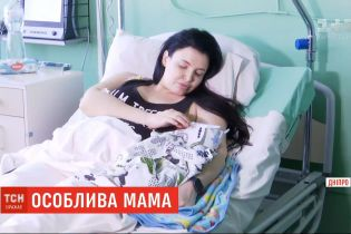 У Дніпрі жінка, все життя прикута до інвалідного візка, народила третього сина
