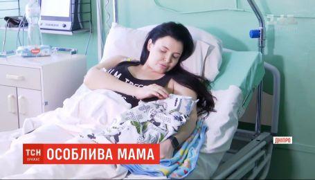 В Днепре женщина, всю жизнь прикована к инвалидной коляске, родила третьего сына
