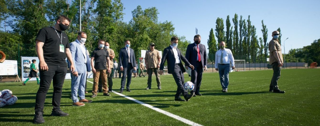 Зеленский в деловом костюме попинал мяч с мэром Новой Каховки
