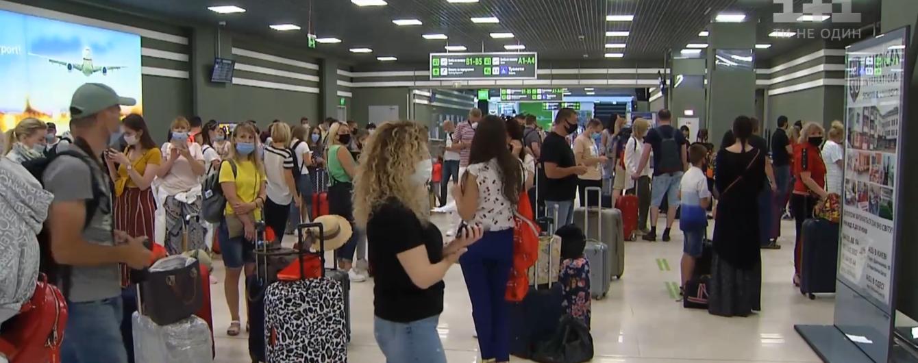 Давали маски и шампанское: как из Украины вылетал первый после карантина чартер с туристами