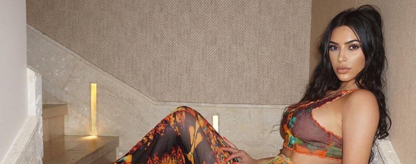 Кім Кардашян зі скуйовдженим волоссям похизувалася пишними грудьми та вузькою талією у білизні