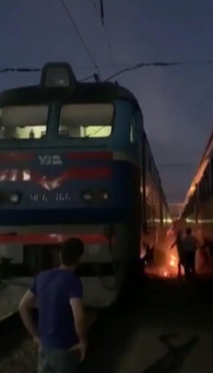 Очевидцы сняли человека, который загорелся на вокзале