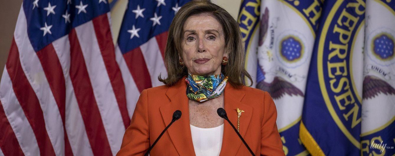 В терракотовом жакете и яркой маске: 80-летняя Нэнси Пелоси дала пресс-конференцию