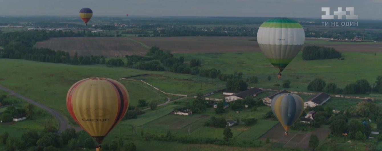 Десятки огромных ярких воздушных шаров запускают в небо под Киевом