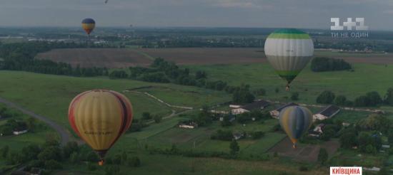 Десятки величезних яскравих повітряних куль запускають у небо під Києвом