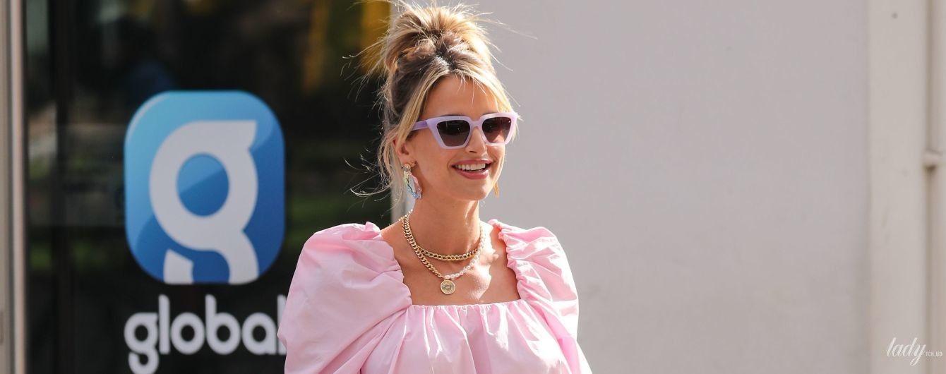Ефектна блондинка: 34-річна ірландська модель у рожевій мінісукні прогулялася Лондоном