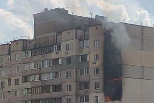 В Киеве в многоэтажке вспыхнул пожар возле места взрыва на Позняках