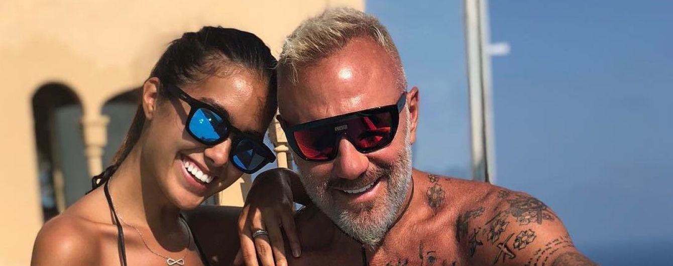 52-летний Вакки и его беременная девушка станцевали у бассейна