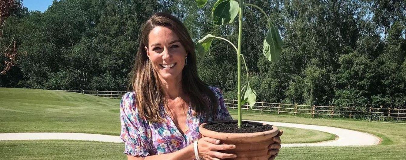 У квітковій сукні з пікантним декольте: герцогиня Кембриджська посадила рослини у дитячому госпісі