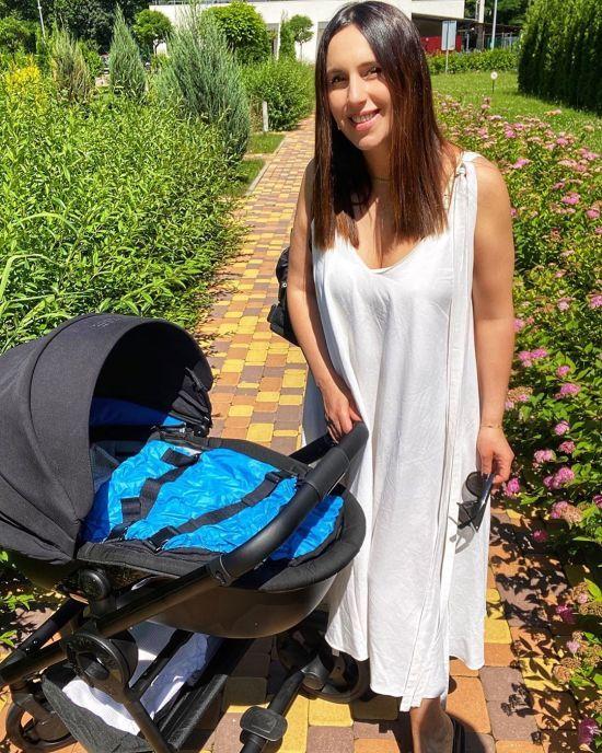 Джамала у сукні з глибоким декольте вийшла на прогулянку з новонародженим сином