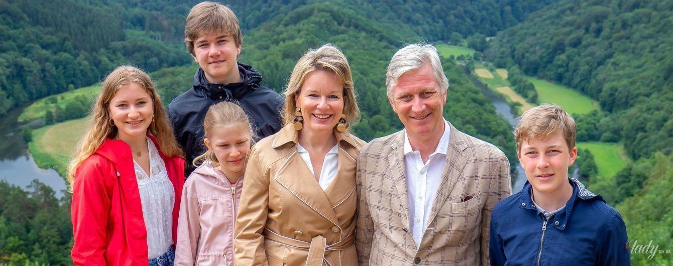 У стильному тренчі і кросівках: королева Матильда з сім'єю побувала на екскурсії