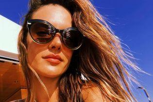 Моделі на відпочинку: Алессандра Амбросіо в бікіні засмагала на яхті