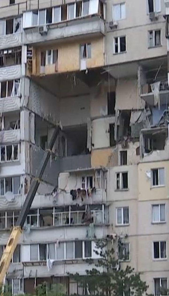 Вибух газу на Позняках: мешканці будинку влаштовують імпровізоване прощання