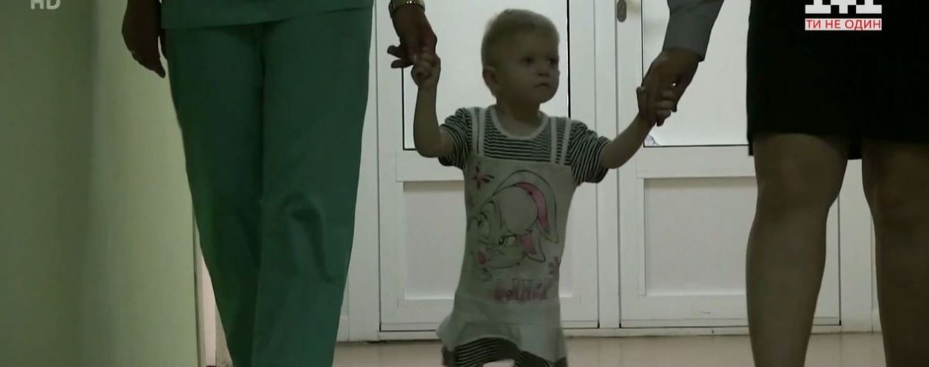 В Сумской области среди ночи на путях нашли полуторагодовалую девочку