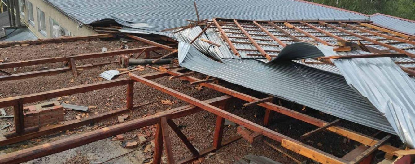 Під Ужгородом вітер зірвав частину покрівлі сільської амбулаторії